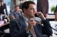 """Джордан Белфорт на телефоне (кадр из фильма """"Волк с Уолл-стрит)"""