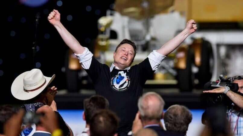 Илон Маск празнует